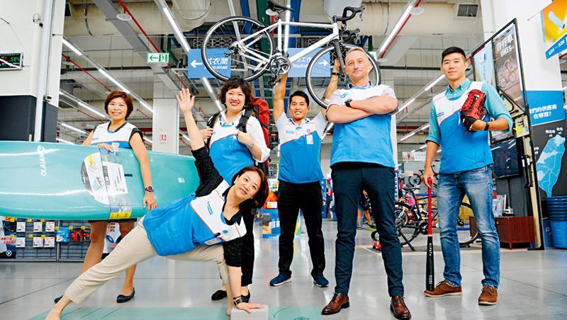 要當迪卡儂員工,喜歡運動是基本,就連內勤單位也一樣,台灣執行長紀杰夫(右2)說,他們的目的是所有人都能享受運動樂趣。