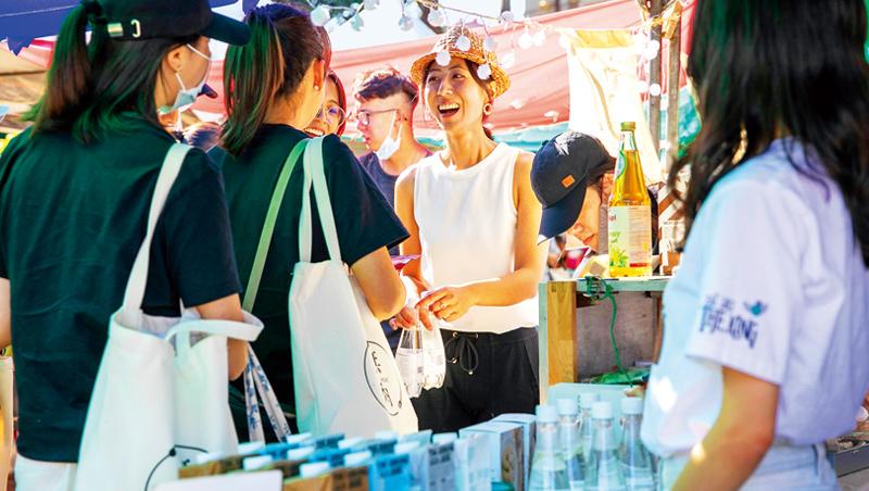 在台北華山文創園區舉辦的市集,年輕人彼此分享商品理念、交換故事。