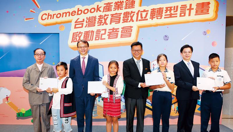 宏碁陳俊聖(左3)透露,目前Chromebook已占所有筆電出貨量3成,且需求延續到明年。該公司今年前8月營收已逆勢年增11%。