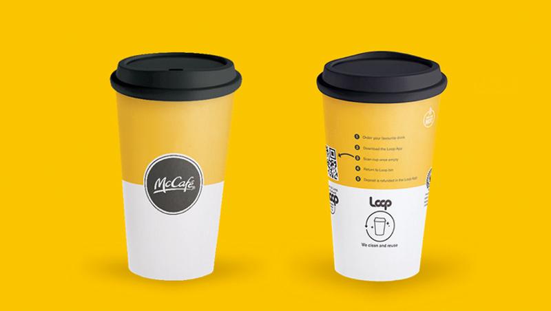 過去麥當勞裝熱飲,是用內有塑膠淋膜的一次性紙杯;而現在它推出可使用至少100次的塑膠杯,相比之下更為環保。