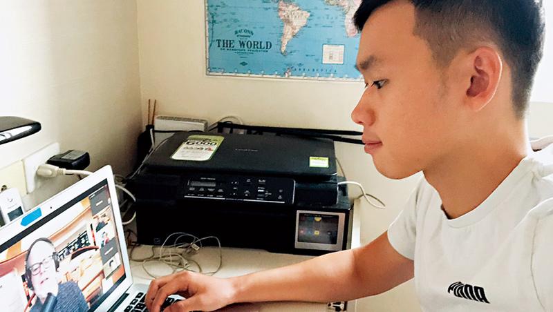 線上授課從配菜成必備!原本在澳洲留學的李智祥因疫情歸台,依然克服時差每天上網跨海上課
