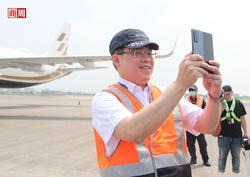 全球首場飛在空中的記者會!一支七萬塊手機,讓星宇董事長張國煒化身開箱主