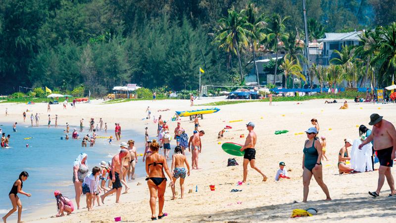 歐美觀光客喜歡在泰國普吉島的沙灘享受時光,10月泰國重啟國境後,這些旅客可能會前往該地「避冬」。
