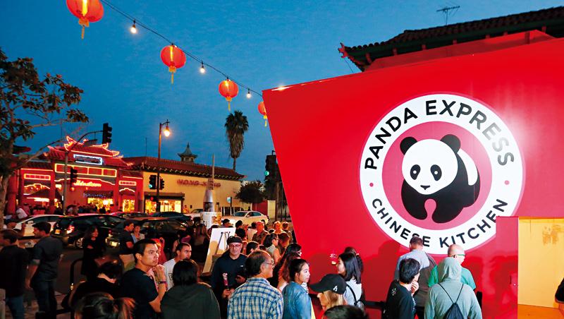 從美國洛杉磯起家的熊貓快餐,在唐人街舉辦新品試吃,吸引大批顧客排隊。