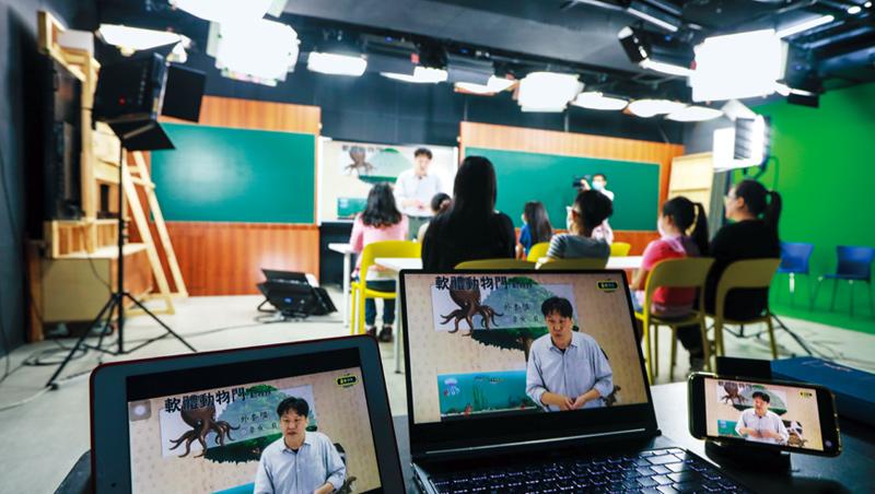 為了讓線上課程更活潑,業者邀請學生和家長直播素養課,用搶答方式引發學生思考。