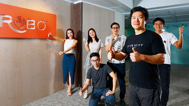 大拇哥投顧創辦人梁佑任(右2)的團隊只有20至30歲,多為頂尖大學畢業,他們正是機器人的教練。