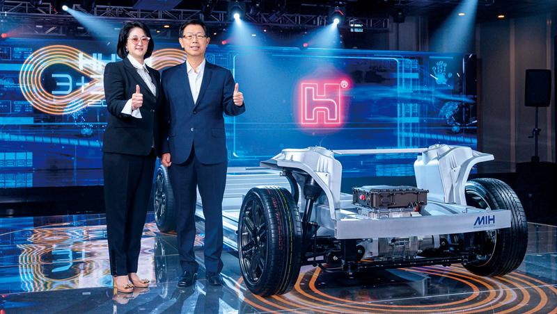 嚴陳莉蓮(左)第一次在非裕隆場子公開站台,台上她和劉揚偉身旁的電動車平台,是裕隆集團花了十多年研發的資產。