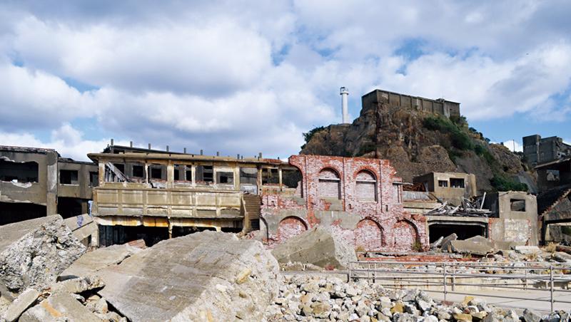 已成廢墟的日本軍艦島(端島)曾是繁華的礦業聚落。