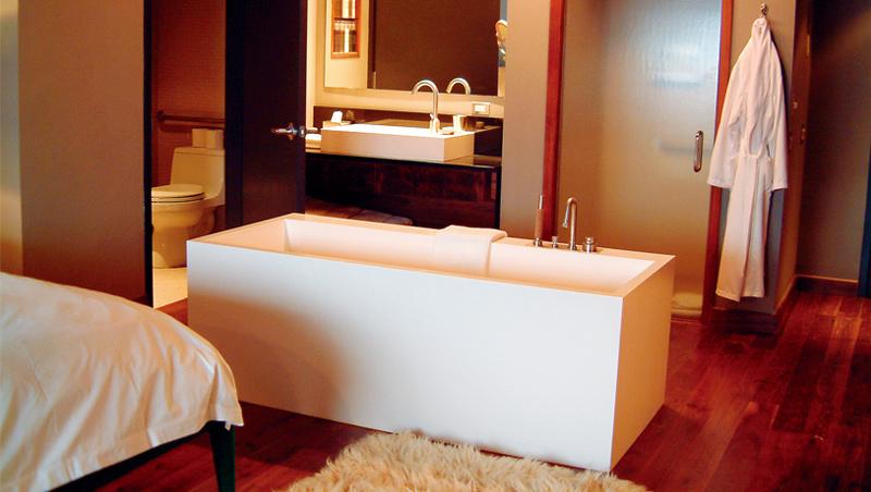 浴缸放床邊,同時增加慵懶感、實用性