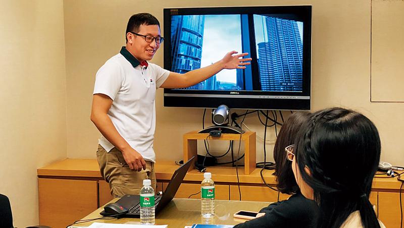 因應疫情衝擊,房仲正透過實境視訊,為台灣買家介紹馬來西亞預售屋。