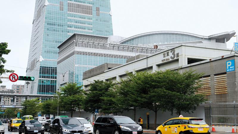世貿三館被譽為「地王之王」、「蛋黃區中的鑽石」,4大壽險公司搶破頭,最後被大舉插旗信義區的南山拿下。