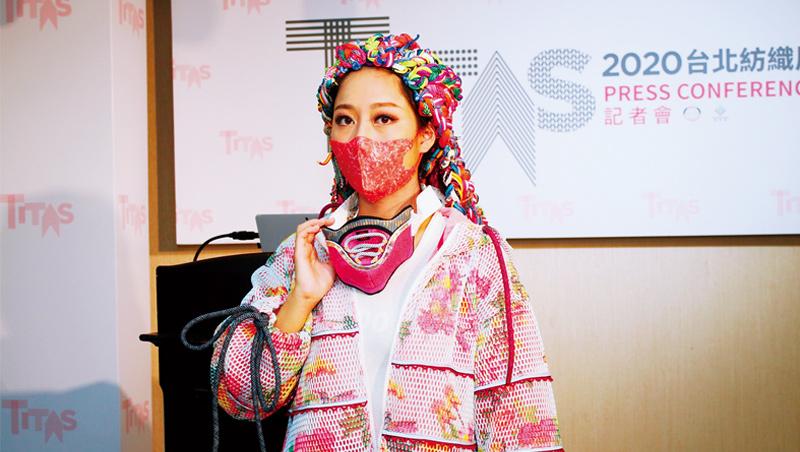 展前記者會中,台灣百和展示由織帶、黏扣帶組合成的概念性商品「口罩項鍊」,脫下口罩後還可做為裝飾。