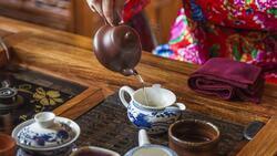 客人茶杯空了,不能「急著斟滿」?50歲後,從一杯熱茶,學管理人生
