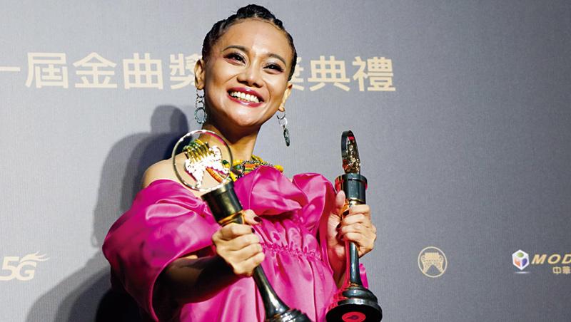 排灣族藝人阿爆以母語專輯《kinakaian 母親的舌頭》奪下今年金曲獎「年度專輯」等3項大獎,反映的是台灣人逐漸開闊的少數族群文化對話空間。