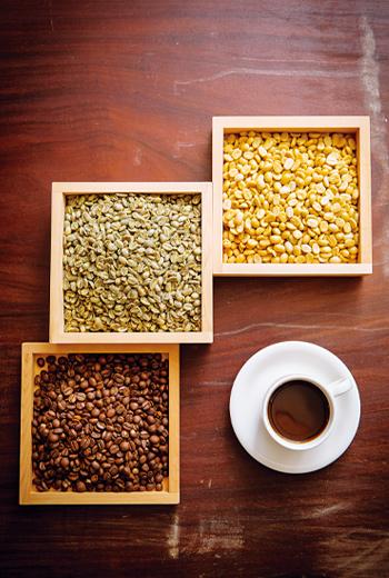 從帶殼豆、咖啡生豆、烘焙咖啡豆、到一杯咖啡(右上起),能在一個咖啡莊園完成,是台灣咖啡產業獨特之處。