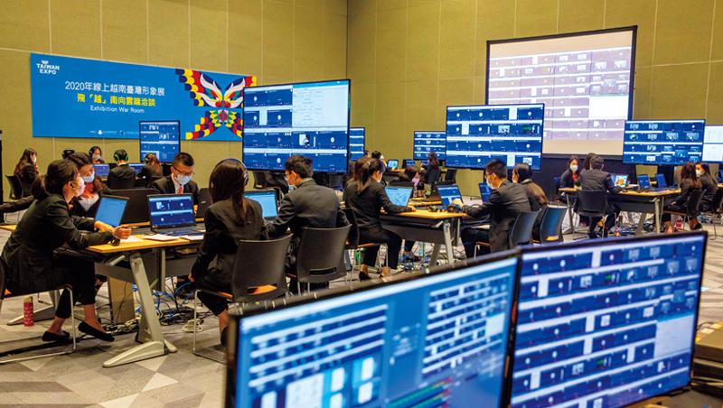 今年的越南台灣形象展,把商務洽談搬到線上。工作人員透過螢幕監控流程,每個分割畫面都代表著一筆可能成交的訂單。