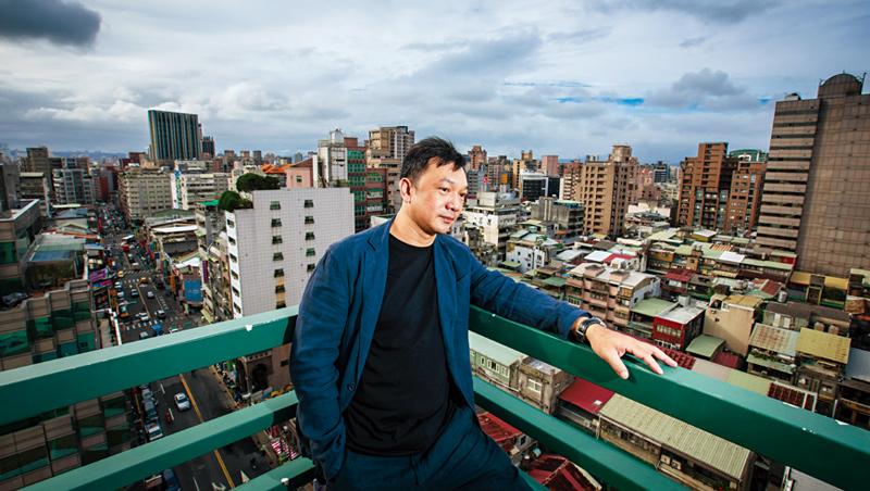 雖然在台北住了幾十年,但熱愛大自然的黃信堯還是不習慣,他甚至很怕捷運裡人擠人的感覺,有一天,他還是希望搬回南部去。