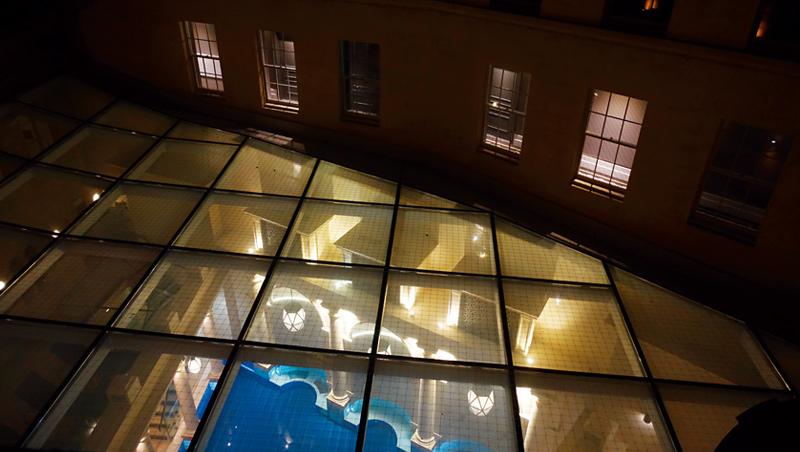 溫泉Spa位於中庭區,在3樓的位置搭起玻璃天花,雖然特殊但卻有了些隱私上的顧慮。