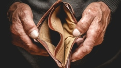 「負利率」讓房貸信貸變便宜,為什麼卻會讓一般人「被動變窮」?