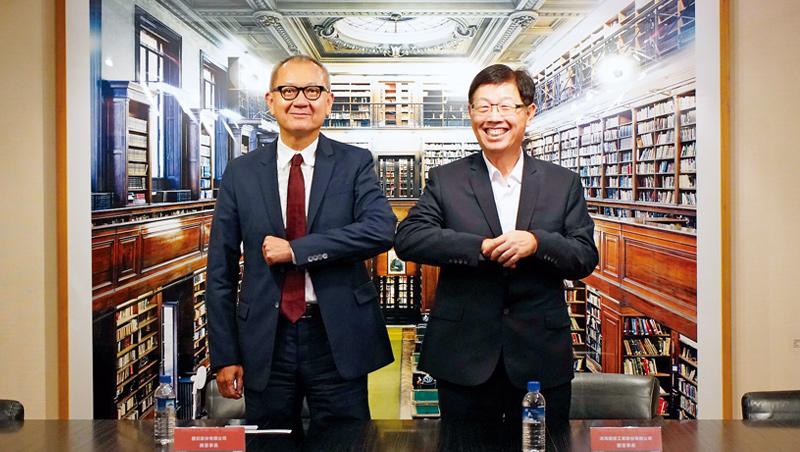 國巨董事長陳泰銘(左)主動接觸下,力拚集團轉型的鴻海董事長劉揚偉(右),點頭答應這樁強強聯手的合作案。