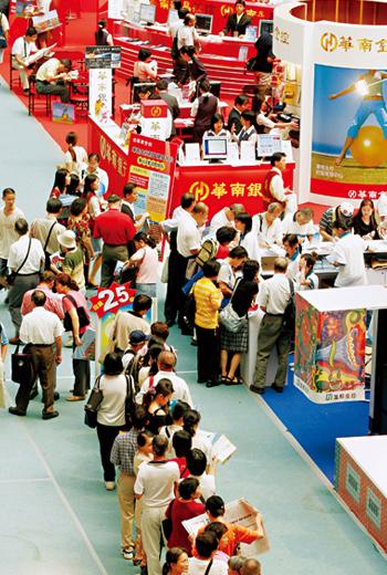 台灣人1年透過理專買約2兆元金融商品,保護自己的錢是人人應學的課題。
