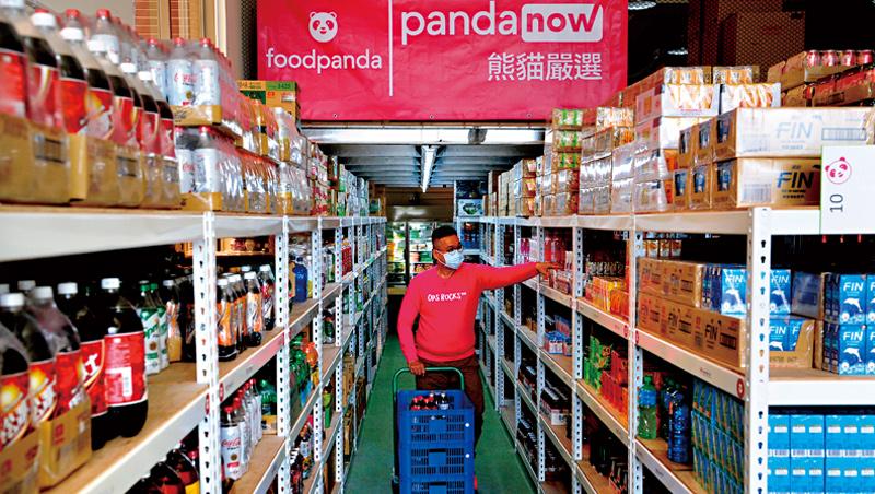 空腹熊貓自建雲端超市、實體倉儲,主打「快商務」,搶攻少量採購的個人生活雜貨消費商機。