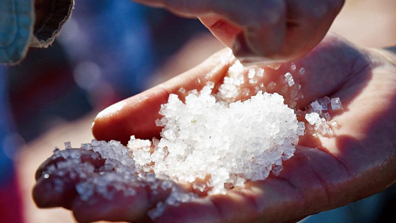 沉在鹵水池底的顆粒霜鹽,還要經烘乾、粉碎、去雜質等步驟,才能成為料理調味用的霜鹽。