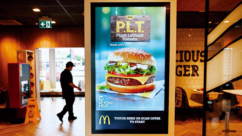 麥當勞計畫搶進新興植物肉市場。2019年,它合作植物肉製造商Beyond Meat,在加拿大試推以「植物肉餅」做成的漢堡。
