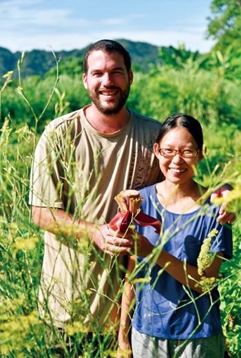 兩人像是生態保育員般,研究田裡的植物、生物