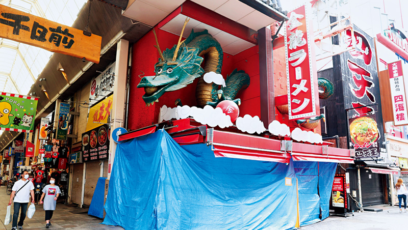 日本政府於4月發布緊急事態宣言後,一家大阪的拉麵店為防疫暫時關閉,但更多拉麵店則因為疫情永久歇業。