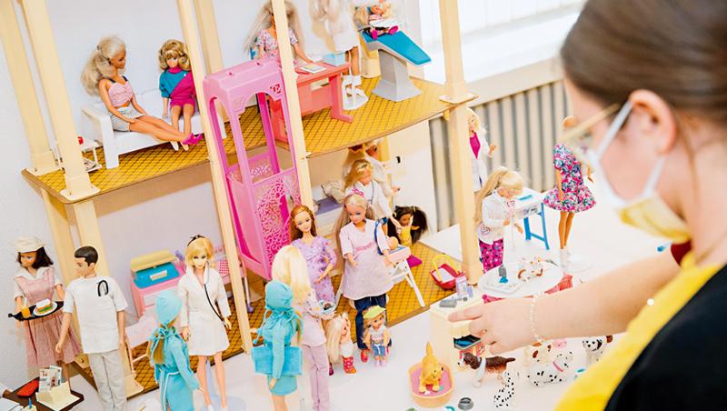 疫情期間,老牌玩具芭比娃娃銷量夯,歸功於家長寧讓小孩玩芭比,也不想讓他們死盯3C螢幕。