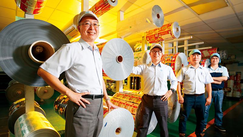 益森彩藝總經理:王忠法 (左1)