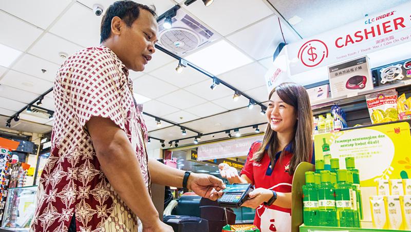 移工偏愛去特定的東南亞超商,但以往多是現金交易。有信用卡之後,刷卡方便,而且還有刷卡金回饋。