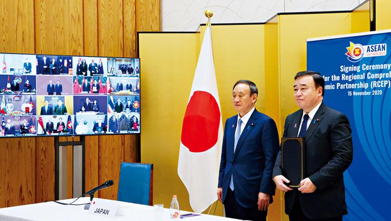 在美中對抗氛圍下,日本新首相菅義偉(左)順勢簽署RCEP,畢竟從外交與經濟角度來看,這是日本眼前唯一的選項。