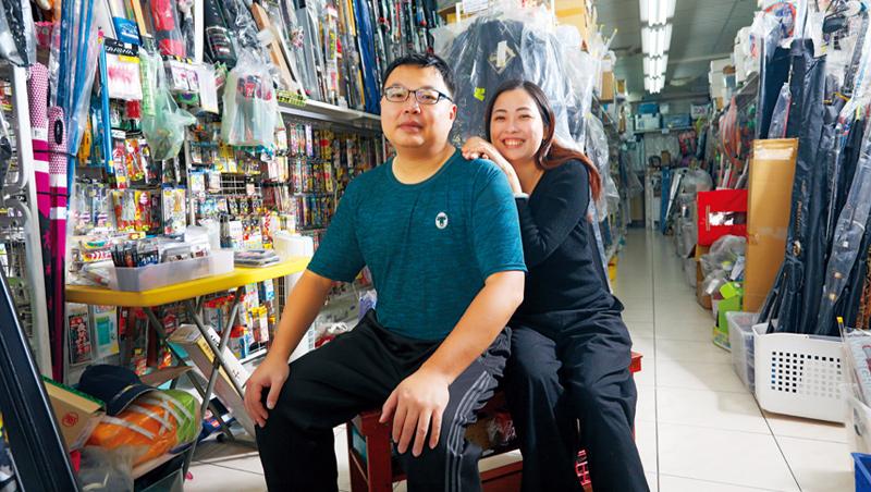 蔡文凱與妻子楊媚羽因為5年前棄台北,回桃園家鄉開釣具店的決定,找回工作與家庭的平衡生活。