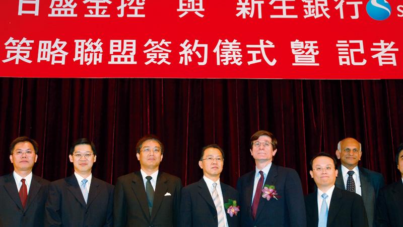 2006年陳國和(左4)引進日本新生銀行填補日盛銀錢坑,雖然止血,但日盛金發展也長年停滯不前。