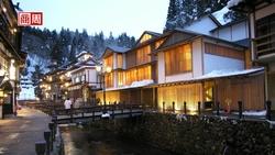 預約白色聖誕》漫步銀山溫泉街,紛飛雪片中重現大正風情