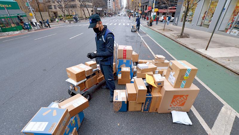 今年零售業戰場主要在網購,各巨頭們為解決退貨太麻煩的痛點,紛紛和物流業者合作,推出到府取件、路邊退貨服務。