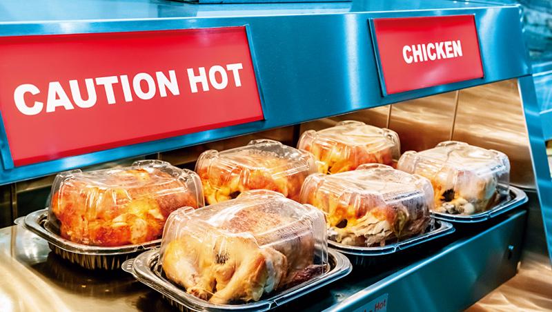 在疫情期間,其他零售商的廚房都轉為提供外送食物,好市多堅持供應低價美味的熟食,成為它店內訪問量成長關鍵。