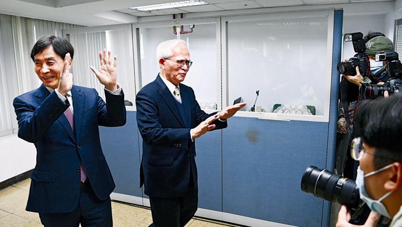 經營大同新搭檔 大同董事長盧明光與總經理鍾依文(左)這對新搭檔,在上任記者會當天被約60位記者包圍拍照,為了趕首場經營會議,只好向媒體求饒「拍到這裡就好,請放我們走吧。」