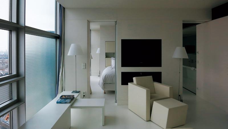 房間如一個大型白色幾何圖形拼接遊戲。