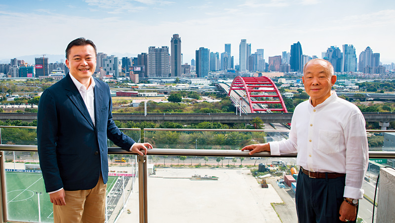 站在新啟用的寶元紀大樓頂端俯瞰,在製鞋打拚15年的蔡明倫(左)重新出發,要和父親蔡其建(右)從鞋王變「茶王」。