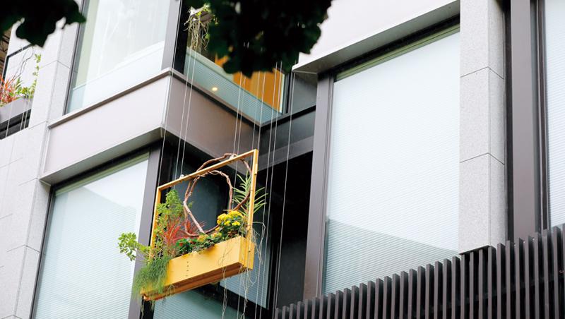 孕學林產後護理之家在每間房間窗外懸掛立體花圈,讓新手媽媽選擇花卉樣式。