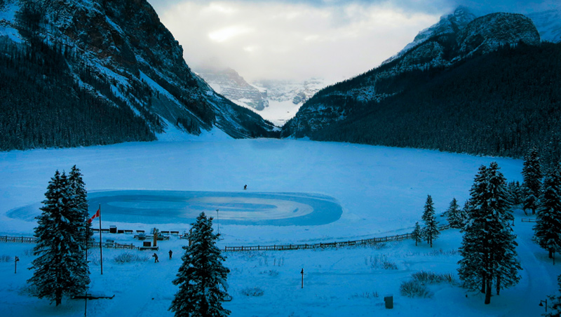 凍結的湖面在白雪遮蔽下,已與陸地融為一體,橢圓形的溜冰場成為旅客最佳遊樂園。