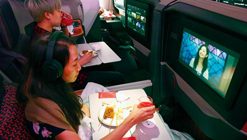 新加坡航空疫情期間,推出把客機變餐廳的活動,結果意外受歡迎。數百名「乘客」在跑道上的飛機座艙內用餐。