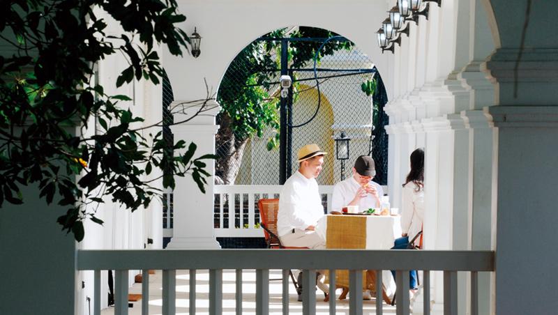 古今交會 長廊下,在馬偕故居擺出茶席,品茶特別有氛圍。