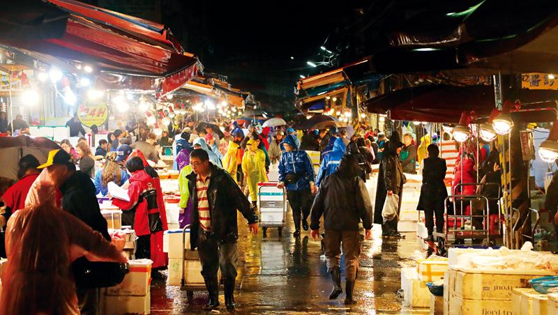 崁仔頂是北台灣最大生鮮魚貨批發市場,凌晨時分許多餐廳、廚師前來挑貨。