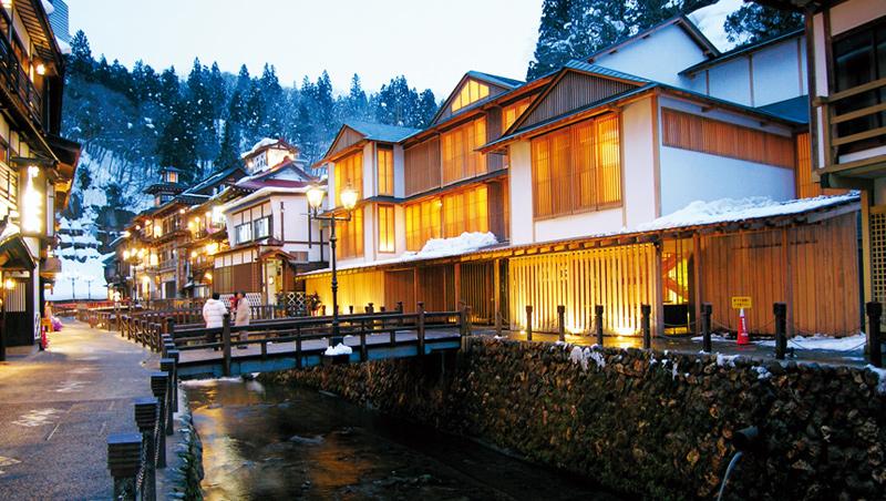 銀山溫泉一整排的老街建築,在積雪中更顯溫馨。