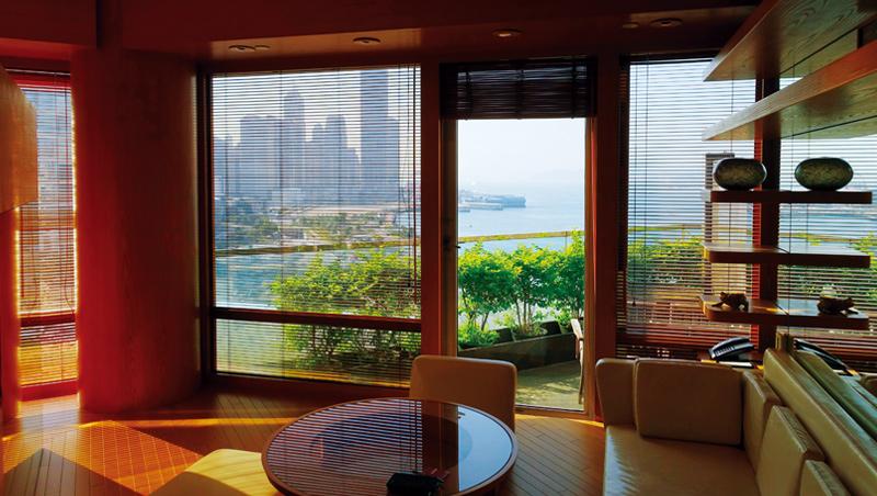 可以有陽台,且遍覽維多利亞港兩岸最精華風光的房間,非常罕見。