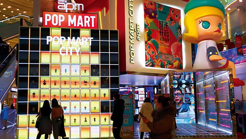 噘著嘴,金髮、藍眼睛的小女孩Molly是中國最大潮玩品牌泡泡瑪特的當家花旦,每個門市都有它的大型公仔吸引年輕人打卡。